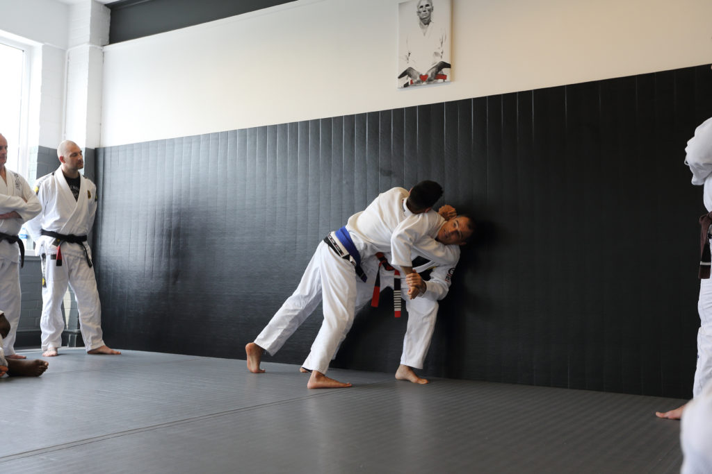 head-arm-defence-on-wall